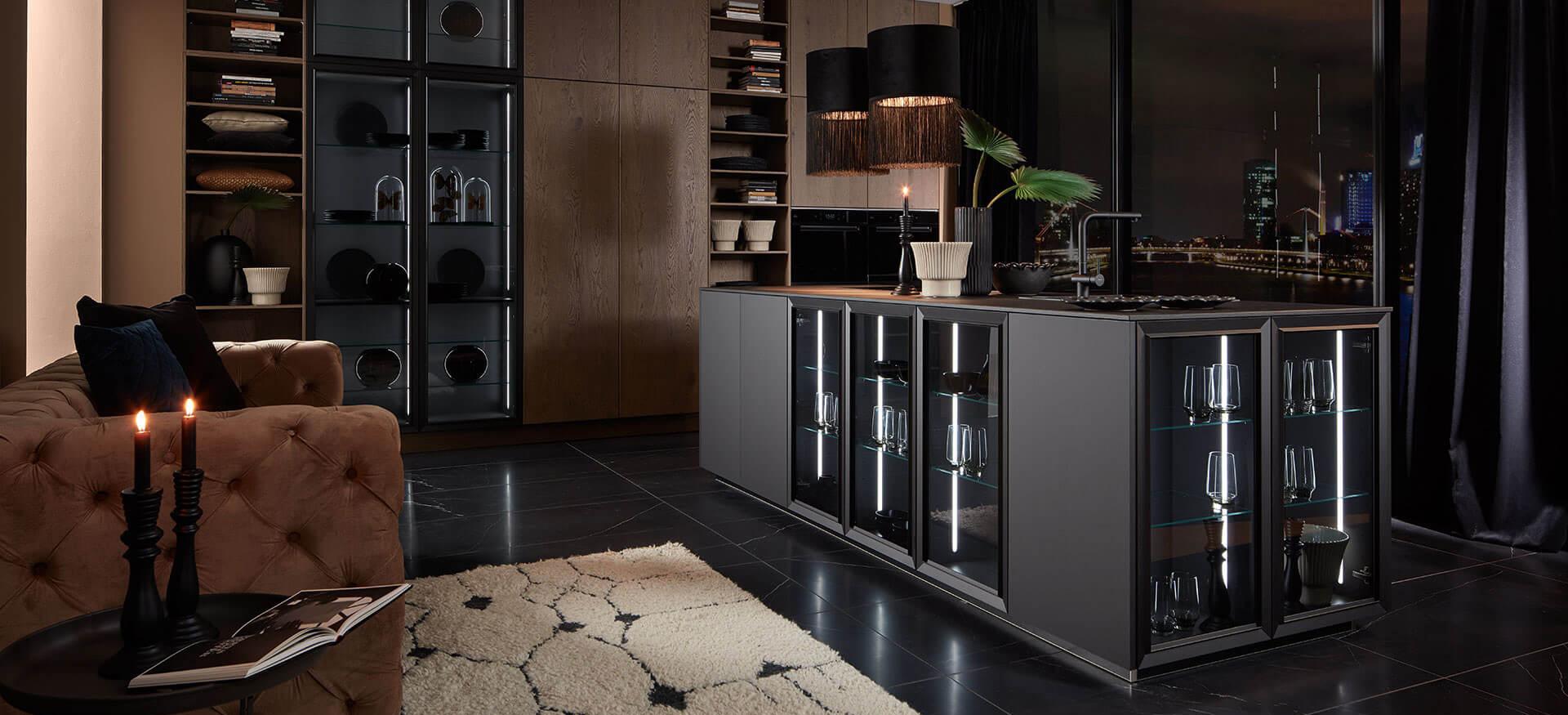 moderne Kücheninsel beleuchtet schwarz matt bei Wohn Schick