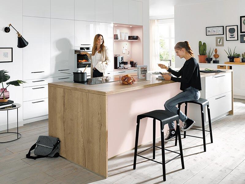 Schüller Küche mit Ansatztheke modern bei Wohn Schick