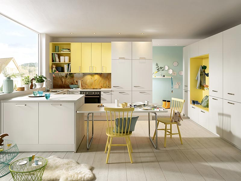 Küche mit Halbinsel weiß gelb modern mit Backofen