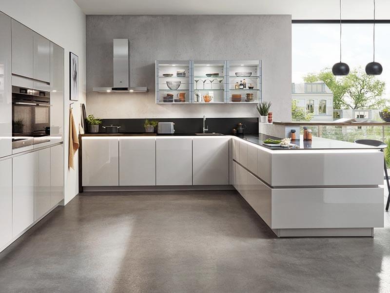 Kücheninsel hochglanz grau modern mit Elektrogeräte
