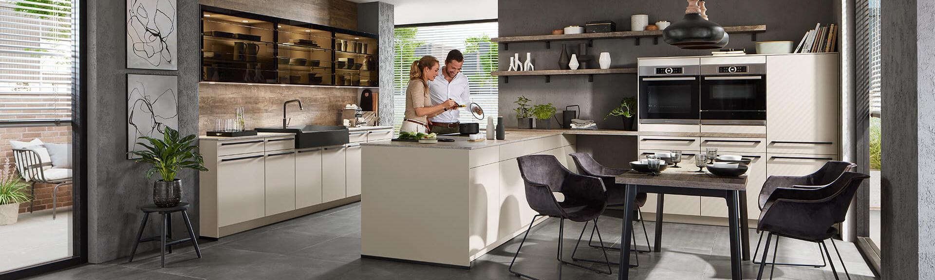 Kücheninsel Küchenzeile weiß mit Elektrogeräte