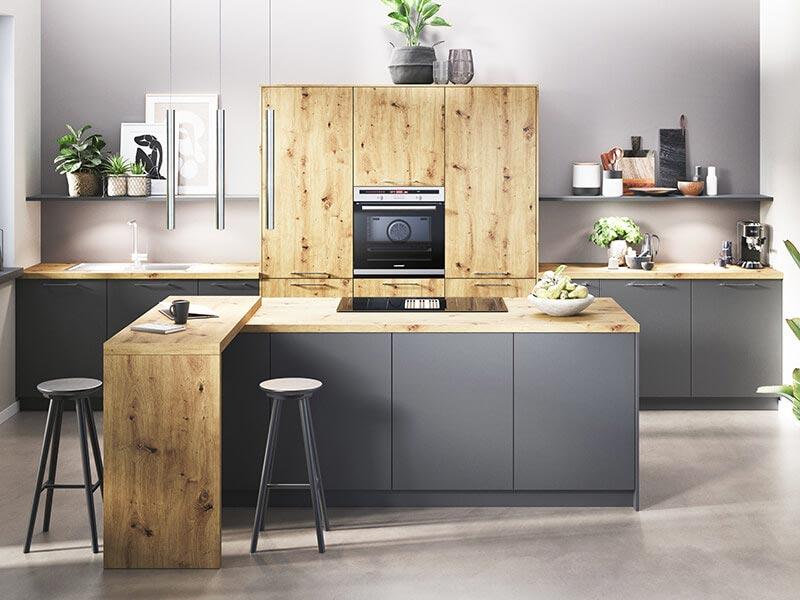 Küche grau matt Holz-Optik mit Elektrogeräten bei Wohn Schick
