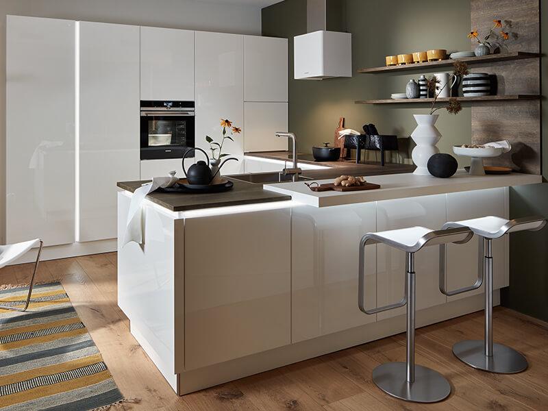 Kücheninsel mit Elektrogeräte hell grau weiß bei Wohn Schick