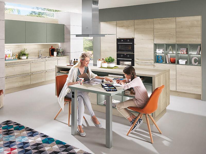 Kücheninsel und Küchenzeile hell beige salbei Holz-Optik mit Spüle