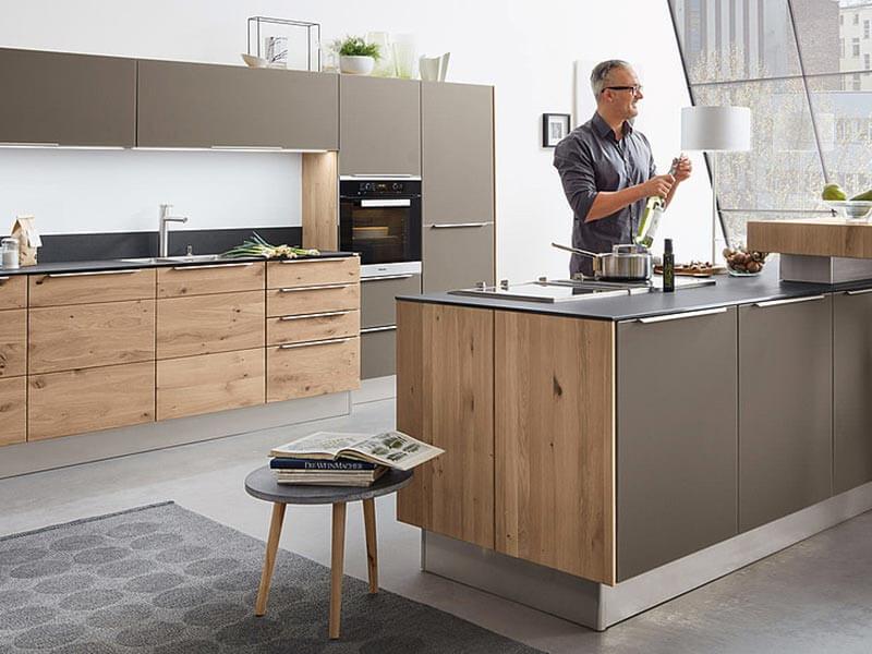 Küchenzeile grau Holz mit Elektrogeräte bei Wohn Schick