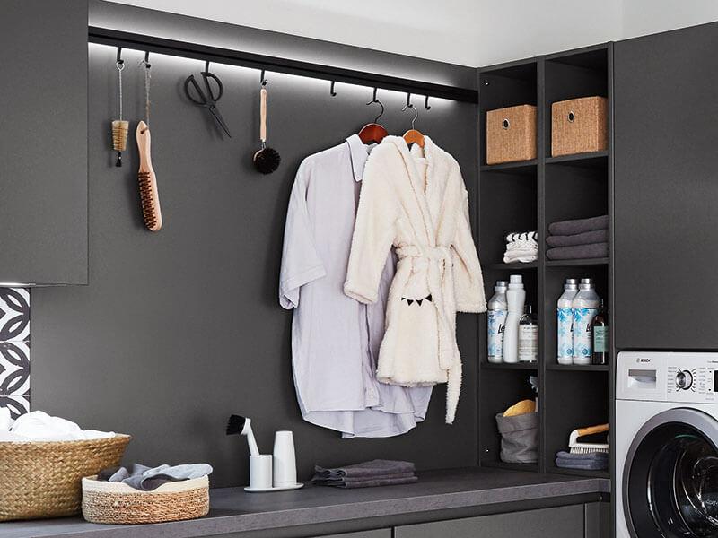 Aufbewahrung Garderobe in Haushaltsraum beleuchtet grau