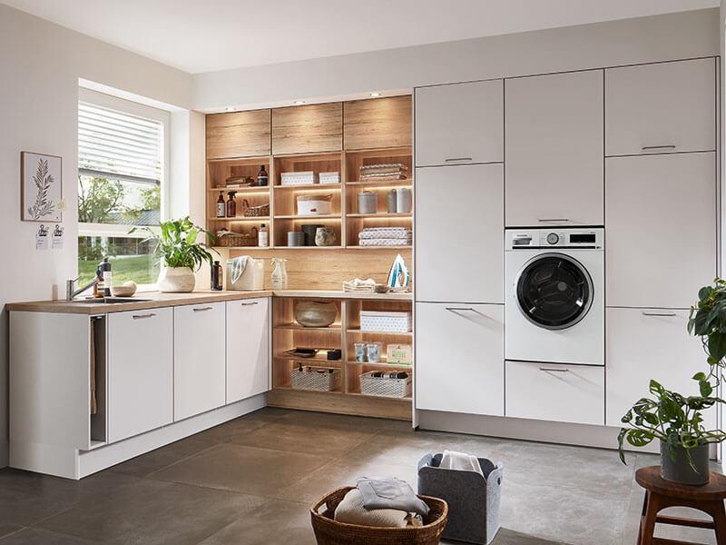 Haushaltsraum weiß Holz mit Beleuchtung und Waschmaschine