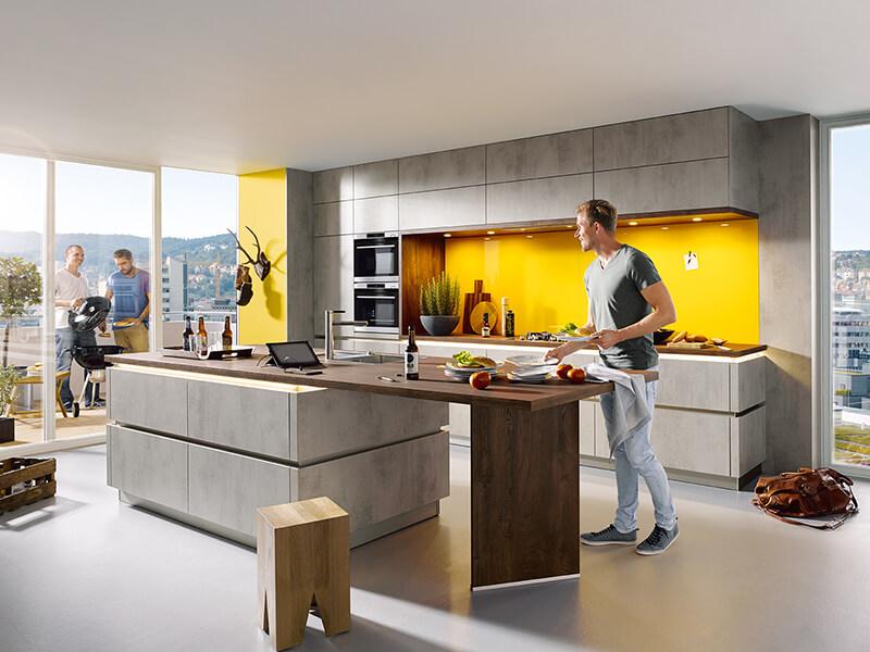 Küchenzeile und Kücheninsel Beton-Optik, Holz-Optik und gelb grifflos mit Elektrogeräte und langer Arbeitsplatte