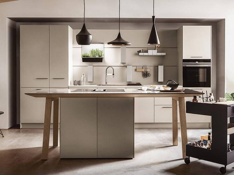 weiße Küche mit Kücheninsel mit Elektrogeräte Wohn Schick
