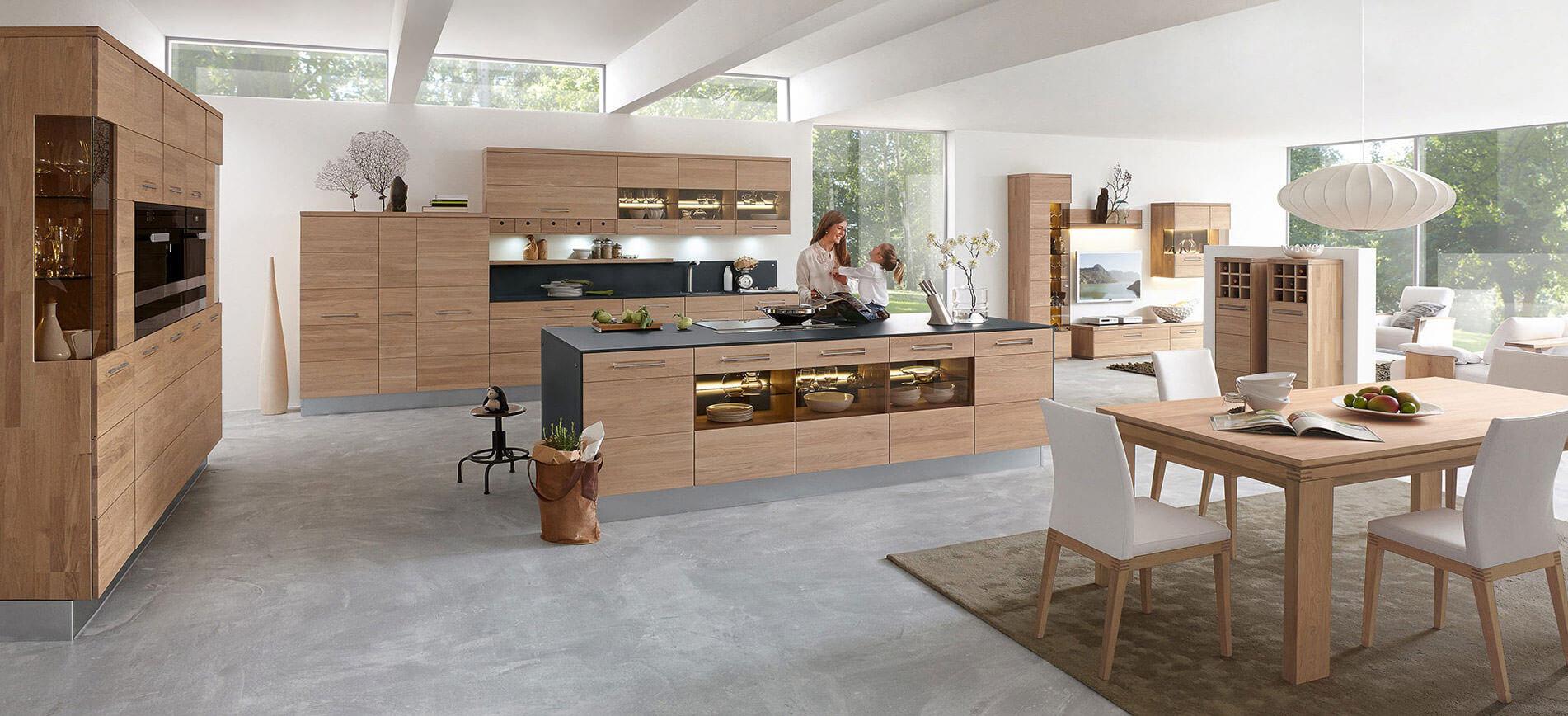 Decker Küche groß mit E-Geräten bei Wohn Schick