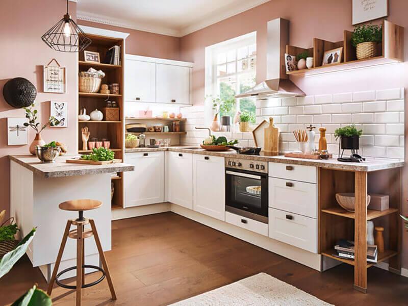 Winkelküche weiß Holz-Optik mit Ansatztheke bei Wohn Schick