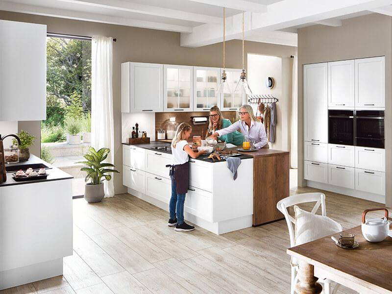 Küche mit Kücheninsel weiß Holz-Optik Familienküche