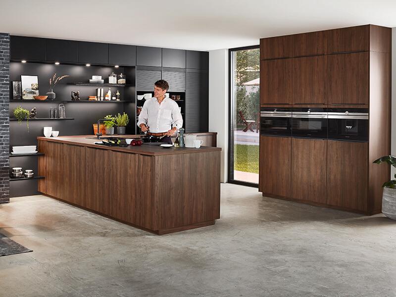 zweizeilige Küche dunkel Holz-Optik mit Elektrogeräte