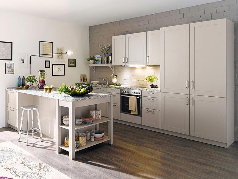Schüller Landhausküche mit Ansatztheke bei Wohn Schick