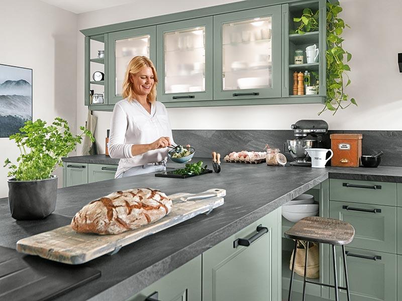 Landhausküche grün Marmor mit Elektrogeräte modern