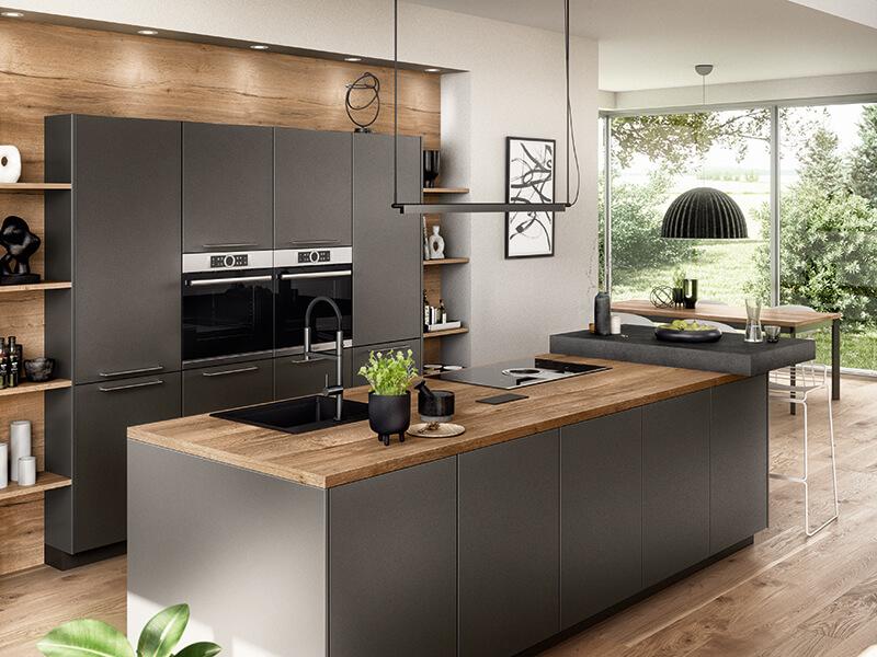 Holz-Optik Küche grau matt mit Backofen und Kücheninsel mit Theke