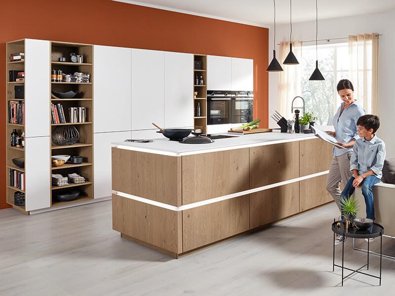 Küche mit Elektrogeräten groß Holz-Optik weiß bei Wohn Schick