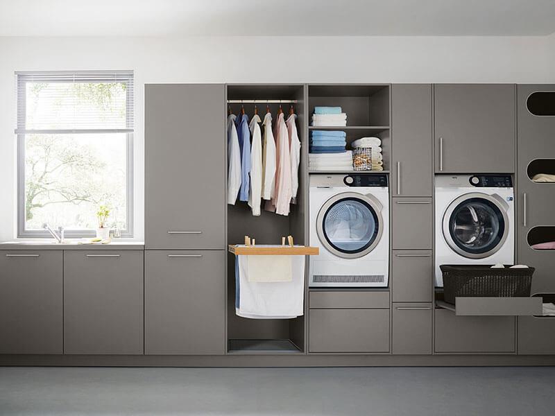 grau Haushalt Raum zum Wäschewaschen mit Garderobe