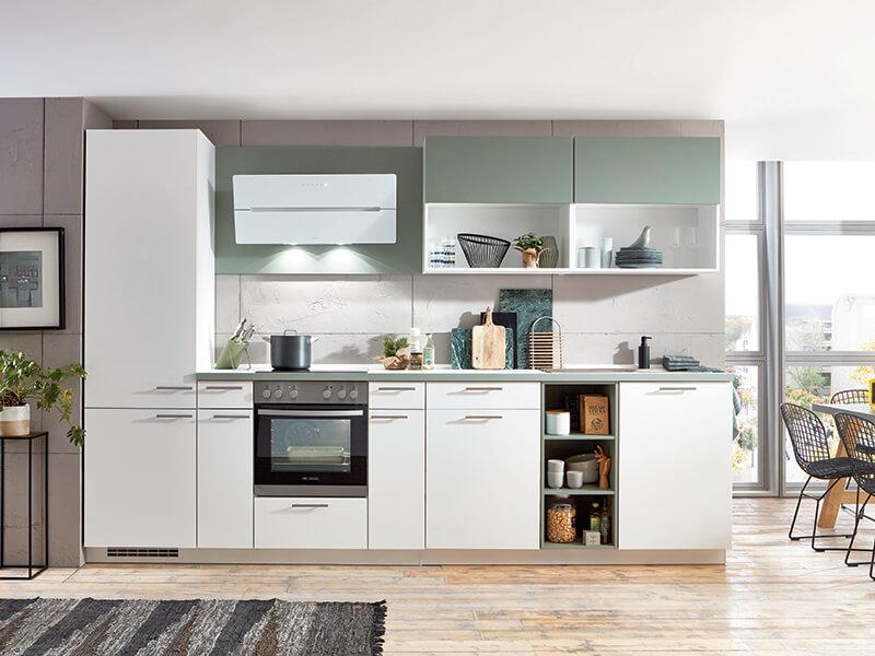 moderne Küchenzeile weiss matt mit Elektrogeräten und integriertem Regal Wohn-Schick