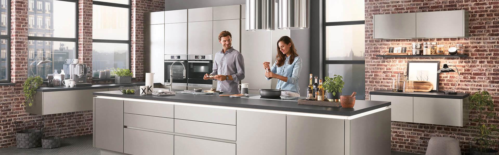 große Küche grau Edelstahl-Optik mit LED Beleuchtung