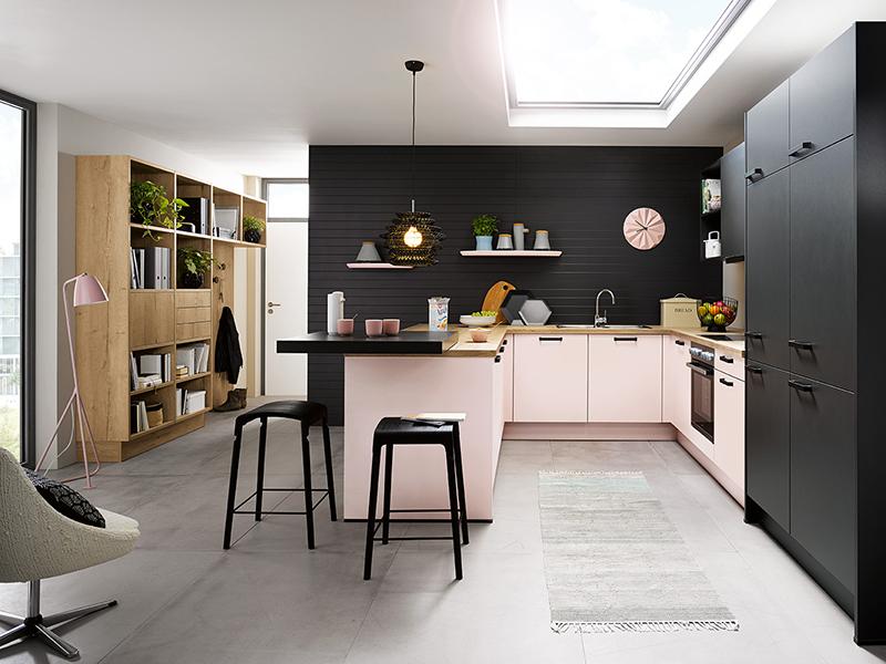 Küche in u-Form pink rosa rosé schwarz mit Backofen mit Spüle und Theke
