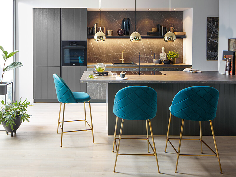 Küche grau marmor matt mit Elektrogeräte und Kücheninsel