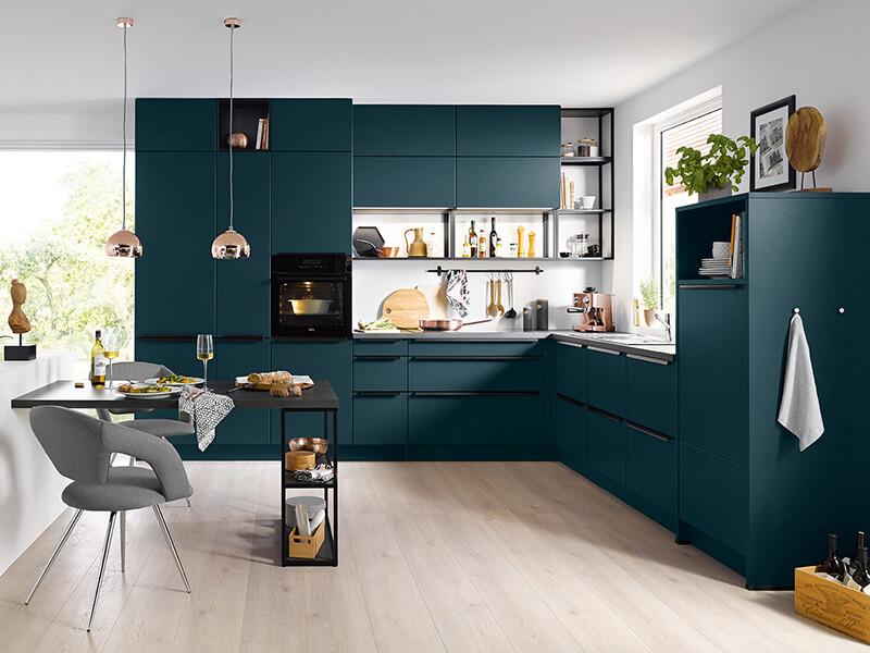 L-Form Küche dunkel grün blau mit Küchengeräte und Wandregale