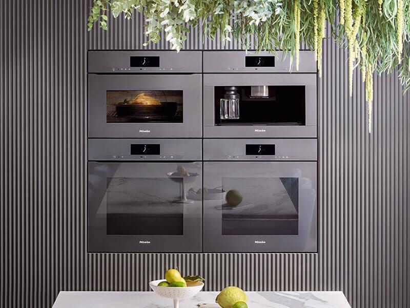 Miele Backofen und Dampfgarer in Küche bei Wohn Schick