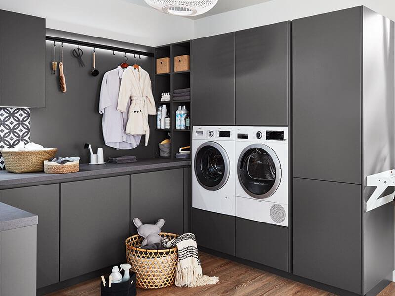 Haushaltsraum grau modern mit Wäscheständer