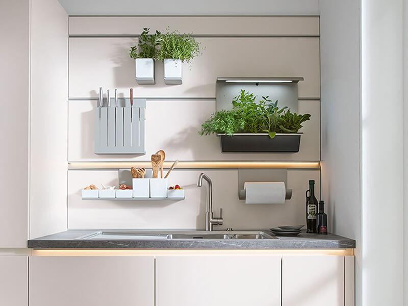 Aufbewahrung über Spüle in Schüller Küche bei Wohn Schick