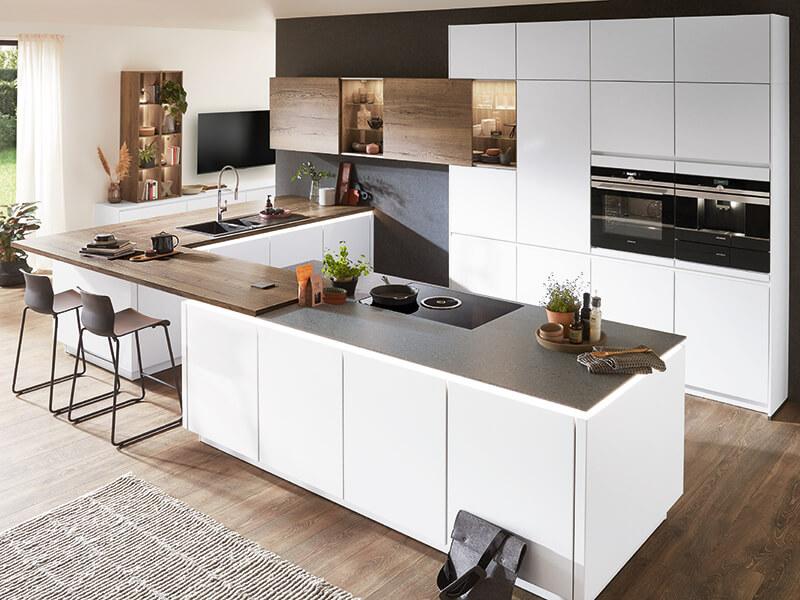 Küche mit Theke und LED Beleuchtung weiß bei Wohn Schick